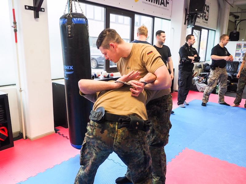 Atrium-Sports-Kampfsport-Hamburg-Polizeieinsatztechniken-handschellen
